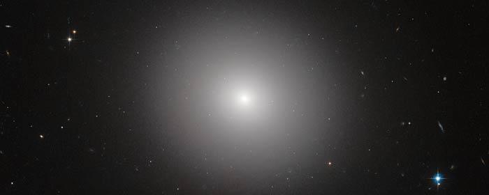 Hubblebillede af elliptisk galakse