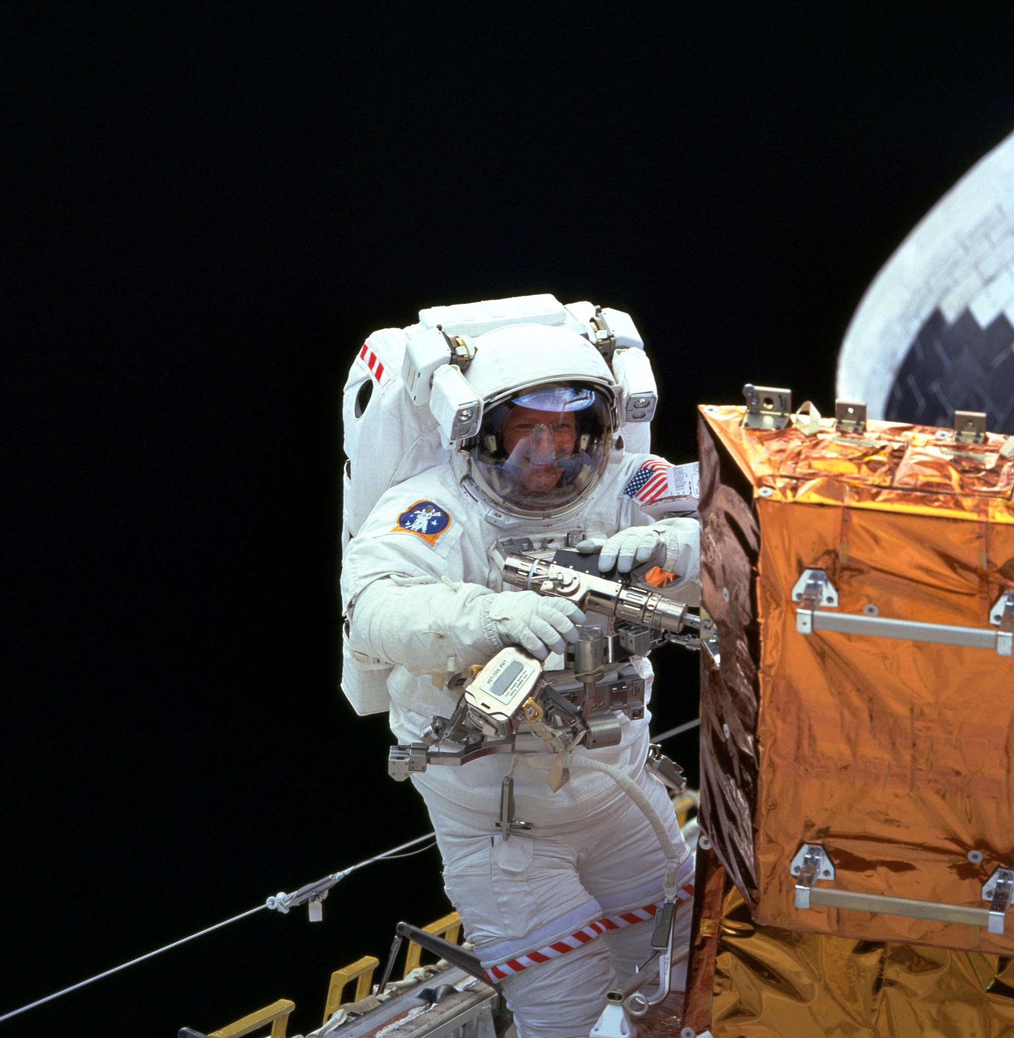 SM3A: Hubble Powertool in use under 2nd EVA | ESA/Hubble